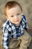Bambino che gioca nella sabbia — Foto Stock