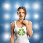 回收符号在相机上看的女人 — 图库照片