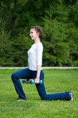 Mujer haciendo ejercicio con mancuernas — Foto de Stock