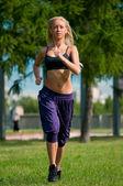 Mujer deporte corriendo en la calle — Foto de Stock