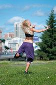 Vrouw over groene stad straat dansen — Stockfoto