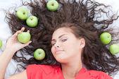 žena leží v pšeničné pole s zelené jablko. piknik. — Stock fotografie