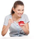 Joven y guapa mujer comiendo pastel. aislado — Foto de Stock