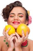 Zblízka portrét krása ženy s citron a grapefruit — Stock fotografie