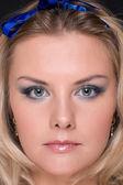 Closeup portret van mode vrouw met blauwe boog — Stockfoto
