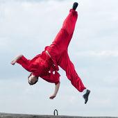 Wushoo hombre en las artes marciales práctica rojo — Stockfoto