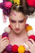 Closeup módní žena s color tvář umění v pletení styl — Stock fotografie