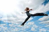 Mooi meisje dansen tegen de hemel — Stockfoto