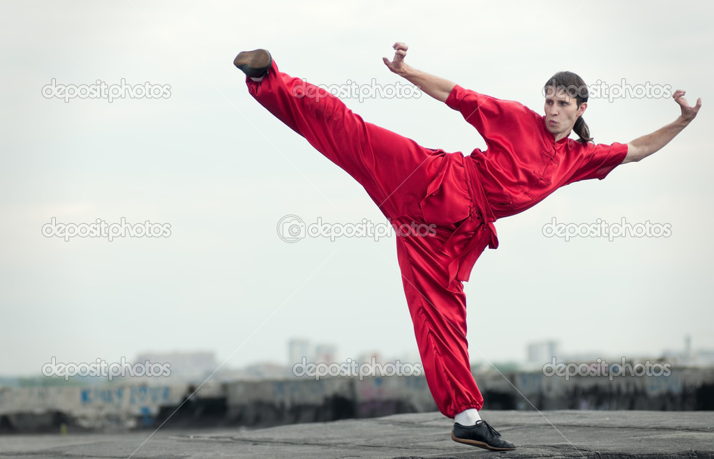 Shaolin warriors wushoo man in red practice martial art outdoor. Kung fu — Stock Photo #8466117