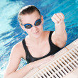 Woman in black goggles in swimming pool - Stockfoto