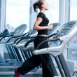 Young woman at the gym. Run on a machine - Foto Stock