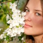 Beautiful young woman in white dress relaxing otdoor — Stock Photo