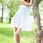Beautiful young woman relaxing in apple tree garden — Stock Photo