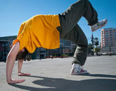 Teenagerky hip-hop tanec přes město krajina — Stock fotografie