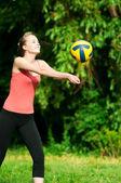 Hermosa mujer jugando voleibol — Foto de Stock