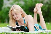 Schöne junge frau, buch lesen — Stockfoto