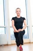 женщина, делать упражнения на растяжку в тренажерном зале — Стоковое фото