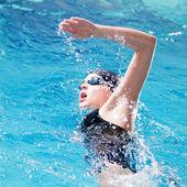 Yüzücü gezinme kontur gerçekleştirme — Stok fotoğraf