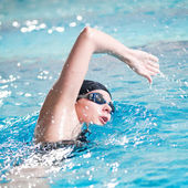Swimmer performing the crawl stroke — Stock Photo