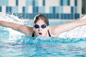 Kelebek kontur gerçekleştirme yüzücü — Stok fotoğraf