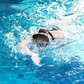 Yüzücü kadın gezinme kontur gerçekleştirme — Stok fotoğraf