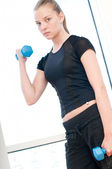 Young woman doing dumbbell exercises — Стоковое фото