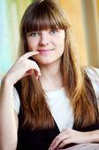 En ung kvinna i ett café — Stockfoto