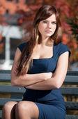 Donna d'affari, in attesa di un incontro al parco — Foto Stock