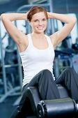 Desporto linda mulher fazendo exercício de imprensa — Foto Stock