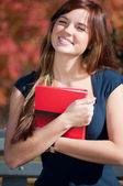 красивый бизнес женщина холдинга дневник в парке — Стоковое фото