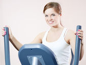 Young woman at the gym exercising. — Stock Photo
