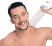 Hombre joven con una toalla blanca. spa. aislado. — Foto de Stock