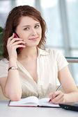 Mujer de negocios teléfono tomando notas — Foto de Stock