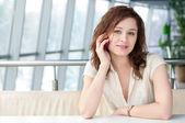 эмоциональное бизнес женщина с телефона в кафе — Стоковое фото