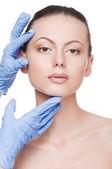Esteticista toque e exame saúde mulher cara — Foto Stock