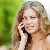 женщина, говоря мобильный телефон — Стоковое фото