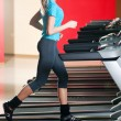 Gym exercising. Run on on a machine. — 图库照片