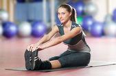 Donna facendo stretching esercizio fitness presso la palestra di sport. Yoga — Foto Stock