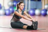 Mulher fazendo alongamento exercícios de fitness no ginásio de esporte. yoga — Foto Stock