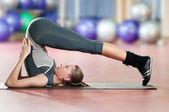 Kvinna gör stretching fitness motion på sport gym. yoga — Stockfoto