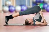 女人做拉伸在体育健身房的健身运动。瑜伽 — 图库照片