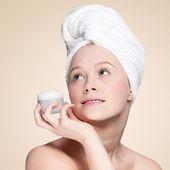 Jar concurso de mulher bonita de creme hidratante — Foto Stock