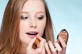 Bela jovem adulta aplicar cosmético batom — Fotografia Stock