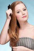 关闭了年轻漂亮的女人用梳子的肖像 — 图库照片