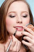 美丽的年轻成人女子应用化妆品口红刷 — 图库照片