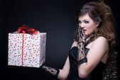 Closeup retrato de muchacha con labios rojos, oropel y presentes en bl — Foto de Stock