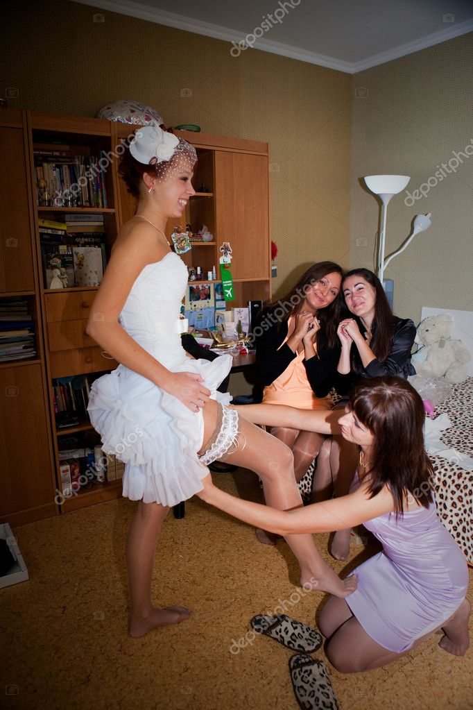 Bride and bridesmaids preparing for the wedding — Stock Photo #8173717