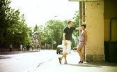 пара стоит на улице — Стоковое фото