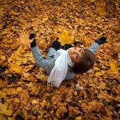 Ritratto di una bella ragazza sullo sfondo dell'autunno lan — Foto Stock