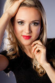 Portrét krásné blondýnky v černých šatech — Stock fotografie